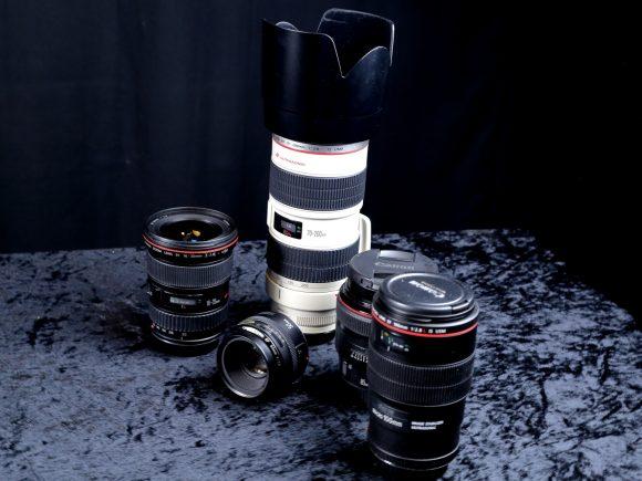Neben der Belichtung ist das für ein Foto verwendete Objektiv ein wichtiges Merkmal der Bildgestaltung. Zunächst einmal gibt es 2 Bauarten von Objektiven, die Festbrennweite und die Zoom-Objektive mit variabler Brennweite. Und man teilt Objektive abhängig von ihrer Brennweite in die Typen Weitwinkel-, Normal- und Teleobjektive ein.